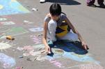 Дети рисуют на асфальте свое видение дружбы и мира - акция «Счастливые дети счастливой страны»