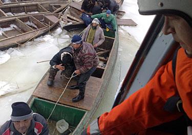 В Атырауской области спасены 64 рыбака, часть людей по-прежнему находятся на море