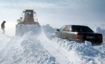 В Атырауской области застрявшие из-за заносов вахтовики добрались до Тенгиза