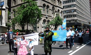 Казахстанцы прошли с флагами по центру Нью-Йорка