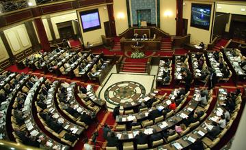 Парламент палаталарының бірлескен отырысында Конституциялық кеңес төрағасы баяндама жасап, Үкімет пен Есеп комитетінің есебі қаралады