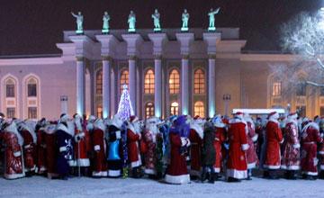 В Караганде прошел парад Дедов Морозов и Снегурочек