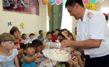 Атырауские полицейские поздравили детей