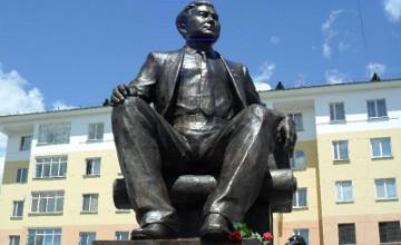 В Талдыкоргане открыли памятник Мукану Толебаеву