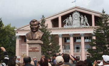 В Усть-Каменогорске открыли памятник легендарному металлургу Казахстана  Ахату Куленову
