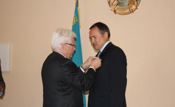 Акиму Южного Казахстана вручили медаль от Президента России