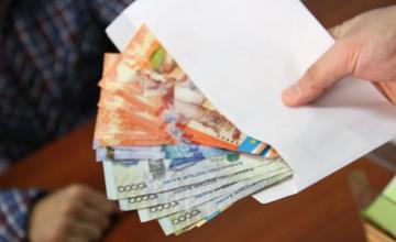 Аким района в Атырауской области отдал долг подчиненному в виде премии
