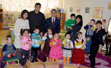 Алматыда Қаржы полициясы қызметкерлері балалар үйінің тәрбиеленушілерін Наурыз мейрамымен құттықтады