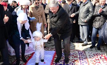 Аким Кызылординской области и Герой труда совершили казахский обычай тұсау кесу