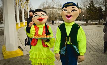 На Наурыз молодежь устроила «Бауырсақ-шоу» в Кокшетау (ФОТО)