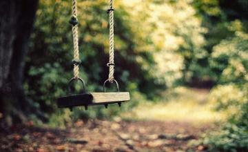 В Атырау 6-летняя девочка удушилась веревкой от качелей