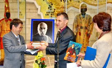 Государственному музею РК вручили Знамя Мира