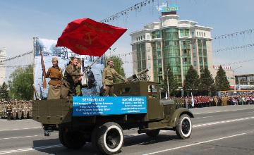 От Бреста до Берлина - на параде Победы в Усть-Каменогорске реконструировали эпизоды исторических сражений