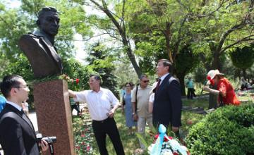 Посол Казахстана в Узбекистане возложил цветы к бюсту генерала Сабыра Рахимова