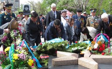 Тысячи горожан Усть-Каменогорска и Семея вместе с ветеранами возложили цветы к Вечному огню (ФОТО)