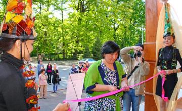 Алматы тұрғындары әйнектен жасалған экспонаттарды тамашалауда