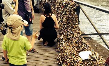 Париждегі атақты «өнер» көпірі махаббат құлыптарын көтере алмай құлады