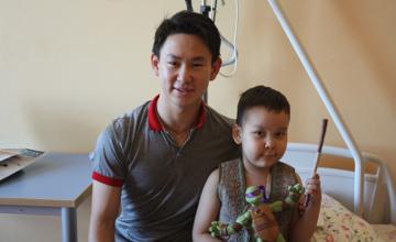 Денис Тен посетил 6-летнего Нурсата, болеющего нейролейкозом