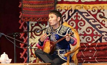 Batysqazaqstandyq aqyn Astana kúnine arnalǵan aıtysta úshinshi oryndy ıelendi
