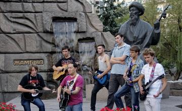 Жамбыл Жабаевтың шығармашылығына қызығушылық танытқан «Лениград» тобына алматылық музыканттар алғысын білдірді (ФОТО)