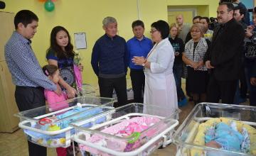 Акимат ВКО выделил семье, в которой родилась тройня, квартиру
