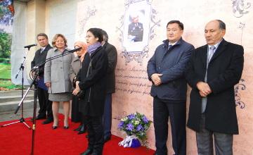 Жазушы Әзілхан Нұршайықовтың құрметіне ескерткіш тақта орнатылды (ФОТО)