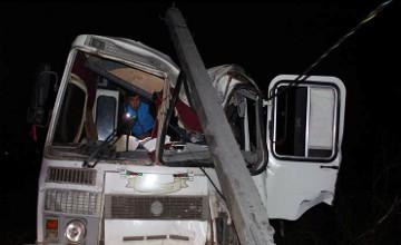 Оралда жолаушылар автобусы үш бағананы құлатты (ФОТО)