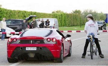 Velosıped Ferrari-den ozyp ketti (VIDEO)