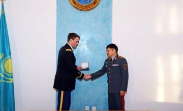 АҚШ Қарулы күштерінің майоры қазақстандық медальмен марапатталды