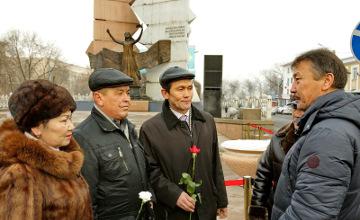 Алматыда желтоқсан оқиғасына қатысушылар «Тәуелсіздік таңы» монументіне гүл шоқтарын қойды (ФОТО)