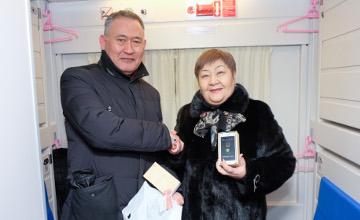Астана-Өскемен жаңа жүрдек бағдарының алғашқы жолаушыларына смартфондар сыйға тартылды