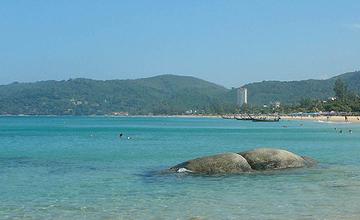 Таиландта көлігімен 250 метрлік жартастан теңізге құлаған турист аман қалды