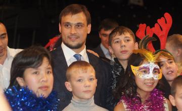 Қарағандыдағы қайырымдылық шыршасында И.Ильин мен С.Сәпиев жетім балаларды құттықтады (ФОТО)
