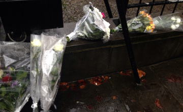 Жители Брюсселя несут к посольству Франции цветы в память о жертвах теракта в Париже (ФОТО)