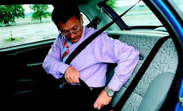 Полиция обяжет пристегиваться ремнями безопасности в городе даже пассажиров на заднем сидении авто