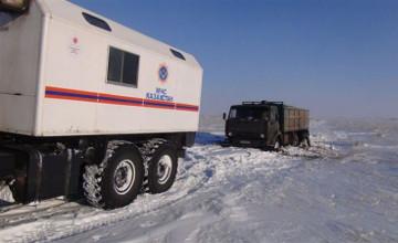 Демалыс күндері Павлодардың ТЖ қызметкерлері күре жолдарда қалған адамдарды құтқарды