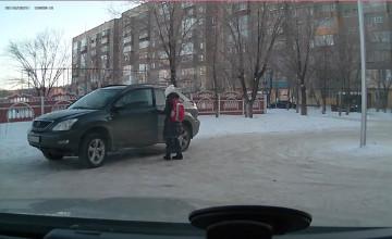 Қарағанды тұрғыны оқушы қыздың Lexus «мініп» жүргенін жазып алған (ФОТО)