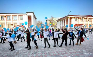 Алматы жастары Қазақстан халқы Ассамблеясы  жылына орай флеш-моб ұйымдастырды (ФОТО)