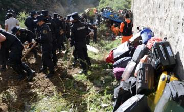 Қытайда әртістер мінген автобус жартастан құлап, 20 адам ажал құшты