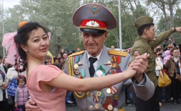 Акцию «Вальс Победы» провели в Караганде (ФОТО)