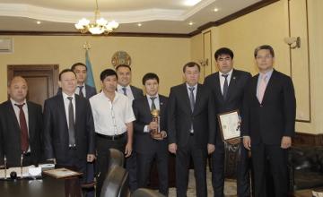 Аким Жамбылской области вручил ключи от автомобиля сильнейшему палуану страны