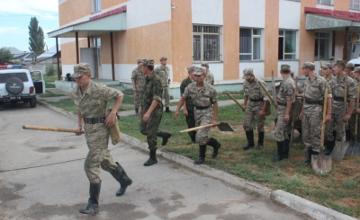 Более 1000 тонн грязекаменной массы ежедневно вывозят военные из пострадавших от селя районов Алматы (ФОТО)