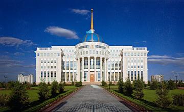 纳扎尔巴耶夫同总统智囊团举行会晤  共商当前国际形势