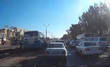 Трамвай жолында тіреліп қалған автобус жүргізушісі жазаланды (ВИДЕО)
