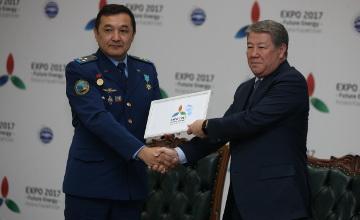 Ǵaryshker A. Aıymbetov  ǵaryshta bolǵan «EKSPO-2017» jalaýyn tabystady