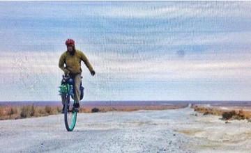 Жер жүзін бір дөңгелекті велосипедпен айналып өтуге бел буған ағылшын азаматы Қырғызстанға жетті