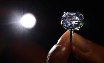 Blue Moon гауһар тасын 48,63 млн. долларға сатып алған адамның есімі белгілі болды