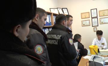 Алматылық полицейлер жол апатынан жапа шеккендерге көмек ретінде қан тапсырды (ФОТО)