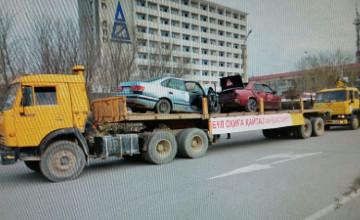 Разбитые в ДТП автомобили провезли по улицам Атырау (ФОТО)