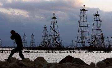 В Атырауской области  с затопленного морской водой месторождения эвакуируют нефтяников